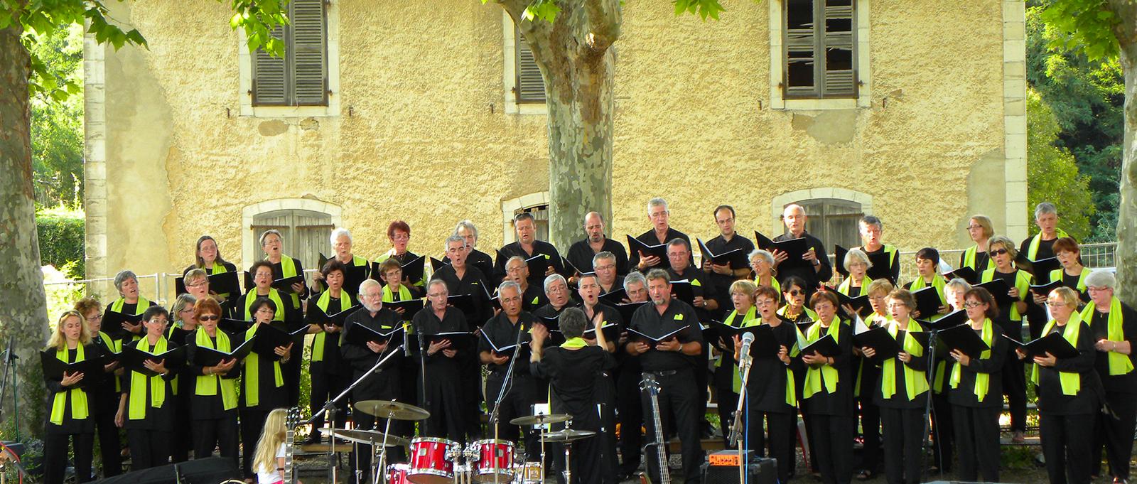 la chorale Chantadour se produit l'été en concert